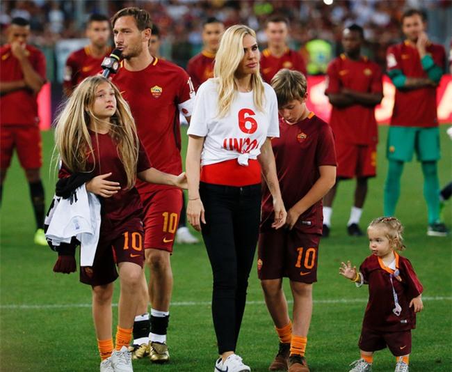Hoàng tử Francesco Totti khóc nức nở trên vai vợ trong ngày chia tay AS Roma - Ảnh 7.