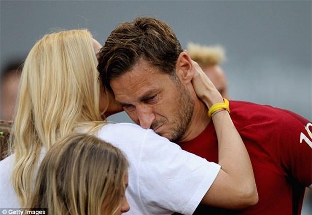 Hoàng tử Francesco Totti khóc nức nở trên vai vợ trong ngày chia tay AS Roma - Ảnh 8.