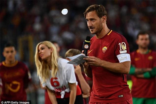 Hoàng tử Francesco Totti khóc nức nở trên vai vợ trong ngày chia tay AS Roma - Ảnh 9.
