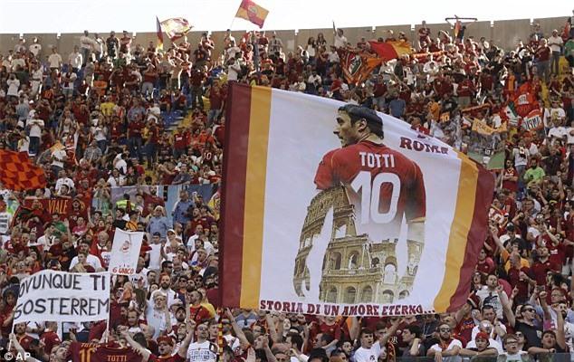 Hoàng tử Francesco Totti khóc nức nở trên vai vợ trong ngày chia tay AS Roma - Ảnh 10.