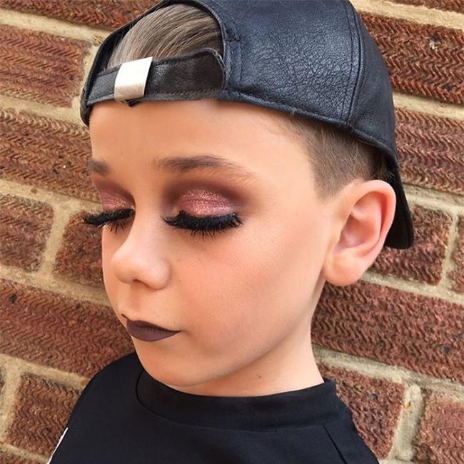 Bé trai 10 tuổi khiến các cô nàng điêu đứng vì tài trang điểm chuyên nghiệp thành thần - Ảnh 1.