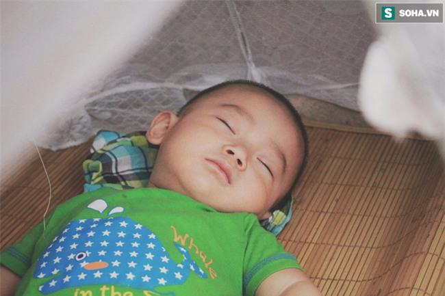 Đứa trẻ ngủ lề đường cùng bố mẹ mưu sinh mỗi ngày gây xôn xao mạng xã hội Việt - Ảnh 1.
