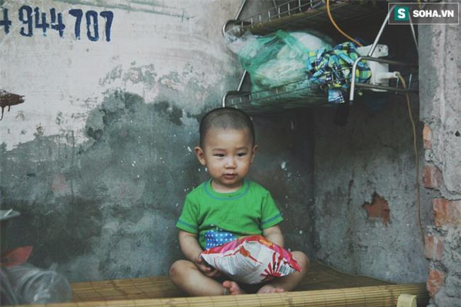 Đứa trẻ ngủ lề đường cùng bố mẹ mưu sinh mỗi ngày gây xôn xao mạng xã hội Việt - Ảnh 10.