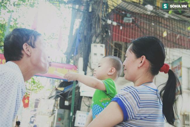 Đứa trẻ ngủ lề đường cùng bố mẹ mưu sinh mỗi ngày gây xôn xao mạng xã hội Việt - Ảnh 3.