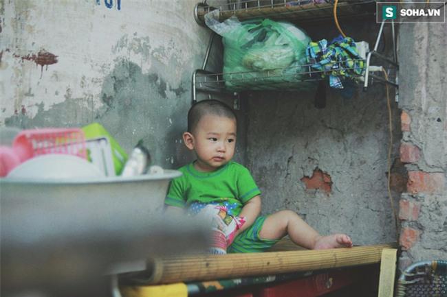 Đứa trẻ ngủ lề đường cùng bố mẹ mưu sinh mỗi ngày gây xôn xao mạng xã hội Việt - Ảnh 4.