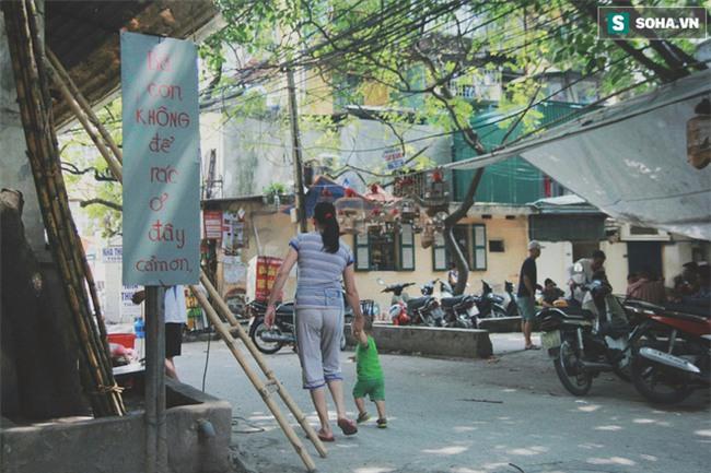 Đứa trẻ ngủ lề đường cùng bố mẹ mưu sinh mỗi ngày gây xôn xao mạng xã hội Việt - Ảnh 5.