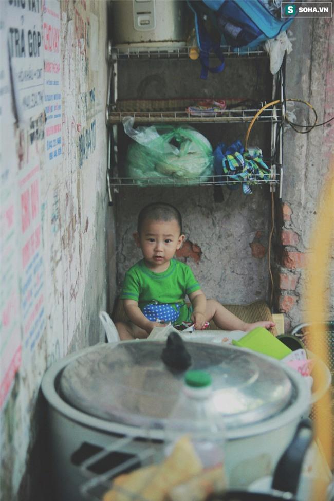 Đứa trẻ ngủ lề đường cùng bố mẹ mưu sinh mỗi ngày gây xôn xao mạng xã hội Việt - Ảnh 7.