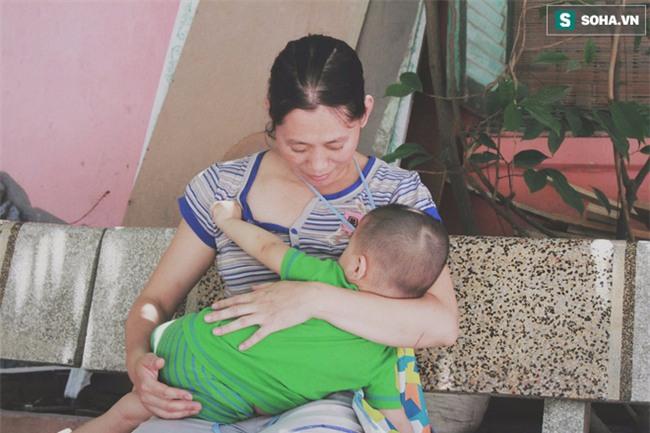 Đứa trẻ ngủ lề đường cùng bố mẹ mưu sinh mỗi ngày gây xôn xao mạng xã hội Việt - Ảnh 8.