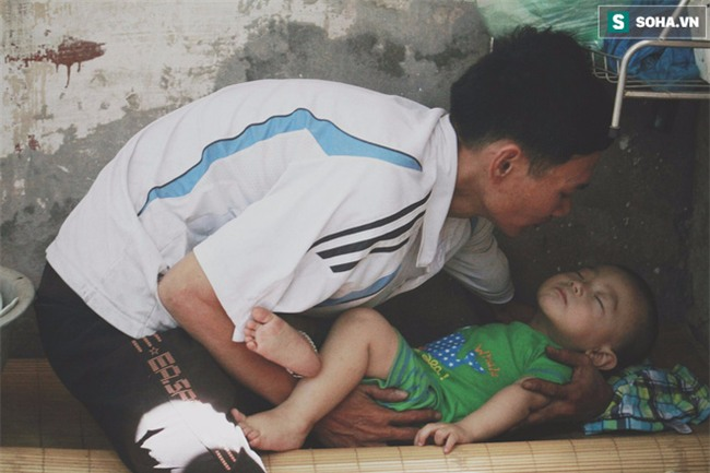 Đứa trẻ ngủ lề đường cùng bố mẹ mưu sinh mỗi ngày gây xôn xao mạng xã hội Việt - Ảnh 9.