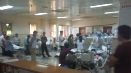 Các bệnh nhân chạy thận bị sốc phản vệ đang được tập trung cứu chữa (Ảnh: Đàm Quang)