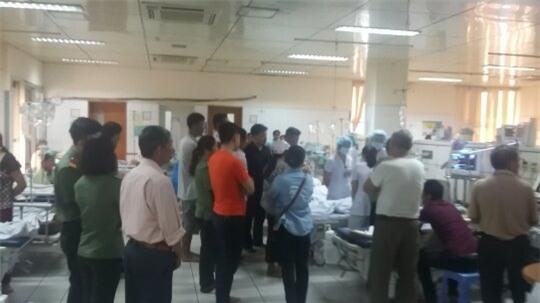 Người nhà tập trung rất đông tại khoa Hồi sức cấp cứu (Ảnh: Đàm Quang)
