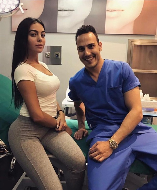 Giữa tin đồn mang thai, bạn gái Ronaldo lộ ảnh tới phòng khám tư gặp bác sĩ - Ảnh 1.