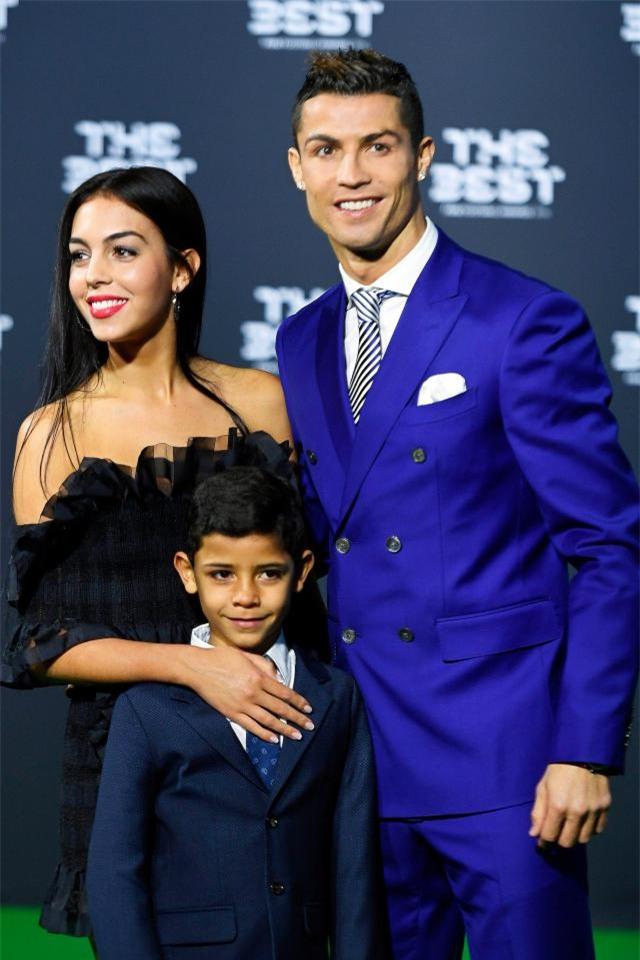 Giữa tin đồn mang thai, bạn gái Ronaldo lộ ảnh tới phòng khám tư gặp bác sĩ - Ảnh 3.