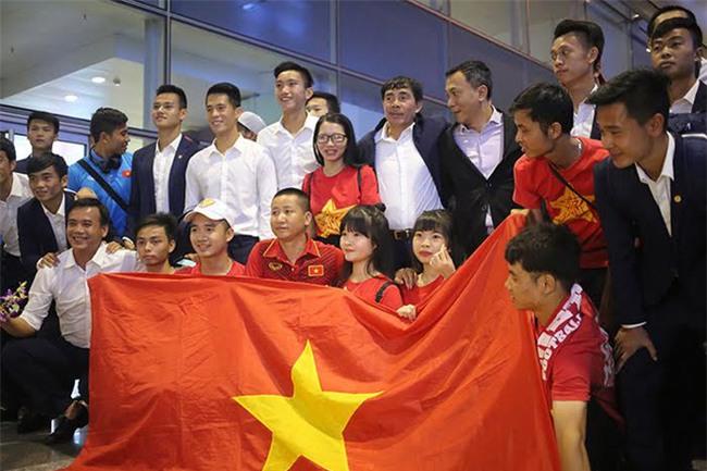 Ít fan chào đón, tuyển thủ U20 Việt Nam đội mũ cối ngày về - Ảnh 2.