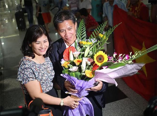 Ít fan chào đón, tuyển thủ U20 Việt Nam đội mũ cối ngày về - Ảnh 5.