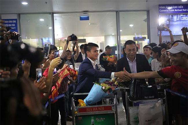 Ít fan chào đón, tuyển thủ U20 Việt Nam đội mũ cối ngày về - Ảnh 6.