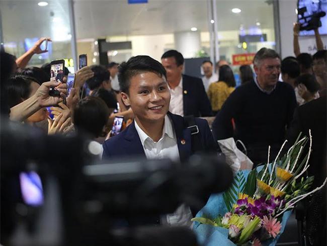 Ít fan chào đón, tuyển thủ U20 Việt Nam đội mũ cối ngày về - Ảnh 8.