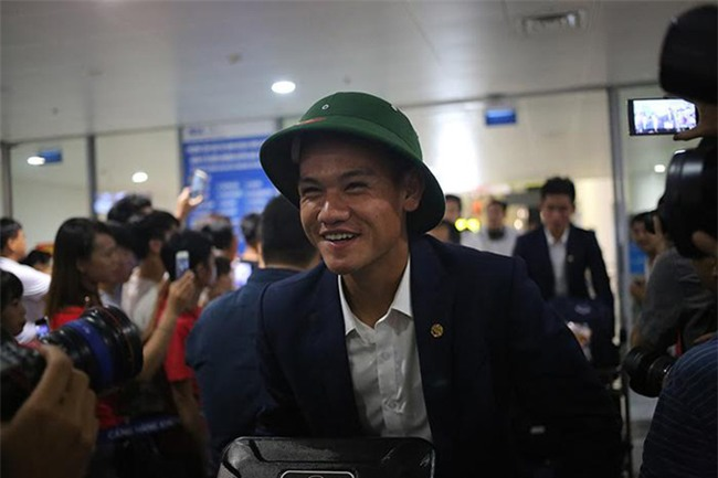 Ít fan chào đón, tuyển thủ U20 Việt Nam đội mũ cối ngày về - Ảnh 9.