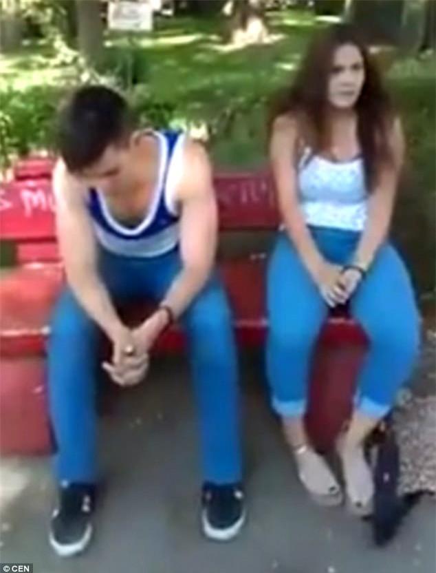 Bố bắt quả tang người yêu của con gái bắt cá hai tay, thản nhiên hôn hít cô gái khác trong công viên - Ảnh 2.