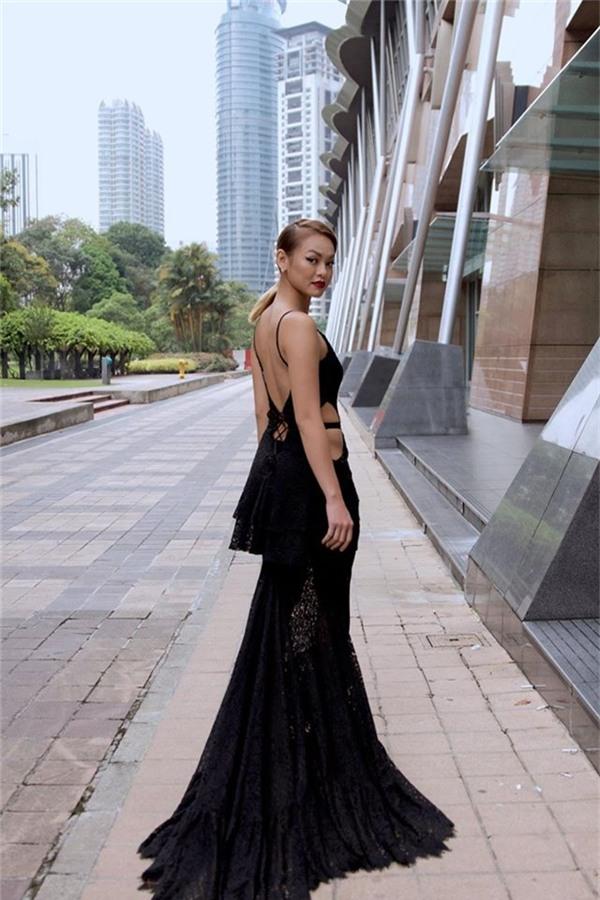 Tại một sự kiện diễn ra ở Malaysia cách đây không lâu, vòng 2 kém thon của Mai Ngô cũng lộ rõ khi cô diện bộ váy ren đuôi cá được tạo điểm nhấn bằng những đường cut out ở thắt lưng.