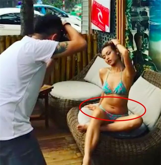 Theo đó, trong đoạn clip hậu trường, khán giả nhanh chóng phát hiện vòng eo ngấn mỡ của Á quân The Face Vietnam 2016. Điều này trái ngược hoàn toàn với bức ảnh mà cô đăng tải.