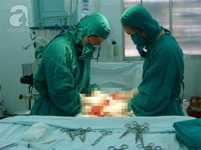 Bé trai 12 tuổi phải cắt bỏ một bên tinh hoàn vì căn bệnh vùng kín oái oăm - Ảnh 1.