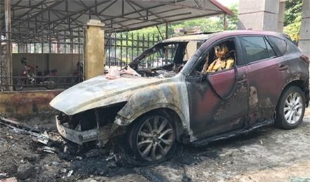 Chỉ sau ít phút chiếc xe Mazda CX5 đã bị ngọn lửa thiêu trụi.