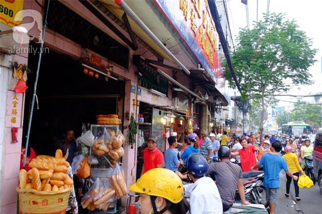 """Tết Đoan Ngọ, tiệm vịt quay Sài Gòn bán hơn 2.000 con/ ngày, thu tiền """"khủng"""" - Ảnh 1."""