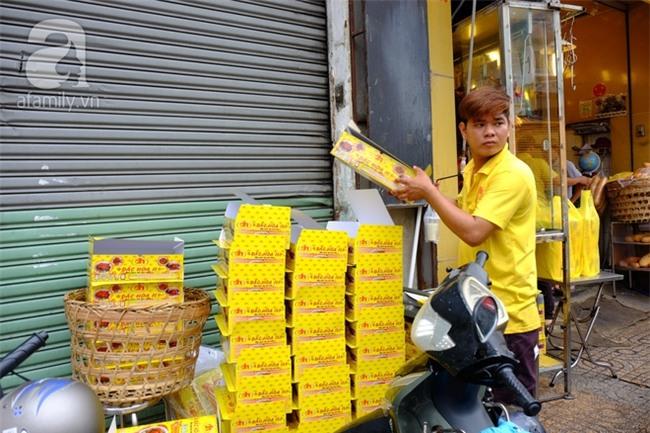 """Tết Đoan Ngọ, tiệm vịt quay Sài Gòn bán hơn 2.000 con/ ngày, thu tiền """"khủng"""" - Ảnh 10."""