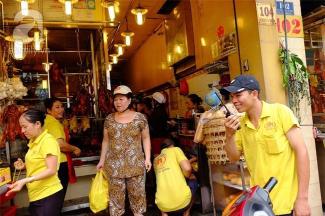"""Tết Đoan Ngọ, tiệm vịt quay Sài Gòn bán hơn 2.000 con/ ngày, thu tiền """"khủng"""" - Ảnh 4."""