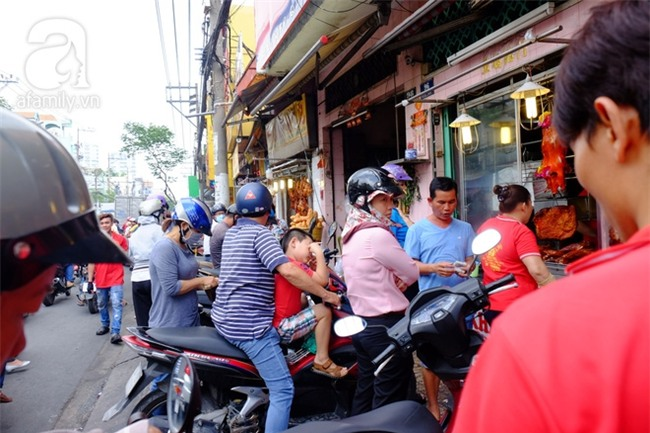 """Tết Đoan Ngọ, tiệm vịt quay Sài Gòn bán hơn 2.000 con/ ngày, thu tiền """"khủng"""" - Ảnh 8."""