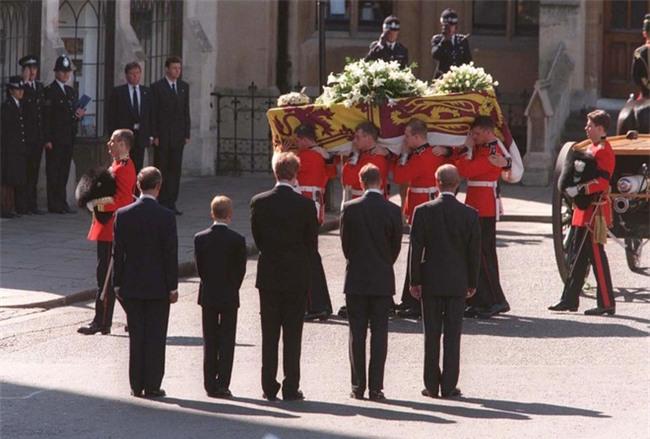 Hé lộ những sự thật động trời về đám tang Công nương Diana mà Hoàng gia Anh giấu kín 20 năm nay - Ảnh 4.