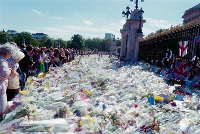 Hé lộ những sự thật động trời về đám tang Công nương Diana mà Hoàng gia Anh giấu kín 20 năm nay - Ảnh 6.