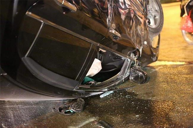 Hà Nội: Nữ tài xế lái ô tô tông đổ cột điện và lao vào xe máy khiến 2 người nhập viện - Ảnh 1.