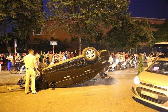 Hà Nội: Nữ tài xế lái ô tô tông đổ cột điện và lao vào xe máy khiến 2 người nhập viện - Ảnh 2.