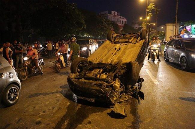 Hà Nội: Nữ tài xế lái ô tô tông đổ cột điện và lao vào xe máy khiến 2 người nhập viện - Ảnh 3.