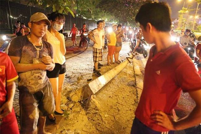 Hà Nội: Nữ tài xế lái ô tô tông đổ cột điện và lao vào xe máy khiến 2 người nhập viện - Ảnh 4.