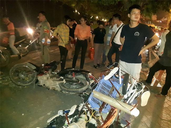 Hà Nội: Nữ tài xế lái ô tô tông đổ cột điện và lao vào xe máy khiến 2 người nhập viện - Ảnh 8.