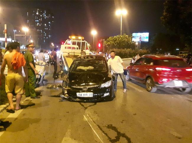 Hà Nội: Nữ tài xế lái ô tô tông đổ cột điện và lao vào xe máy khiến 2 người nhập viện - Ảnh 9.