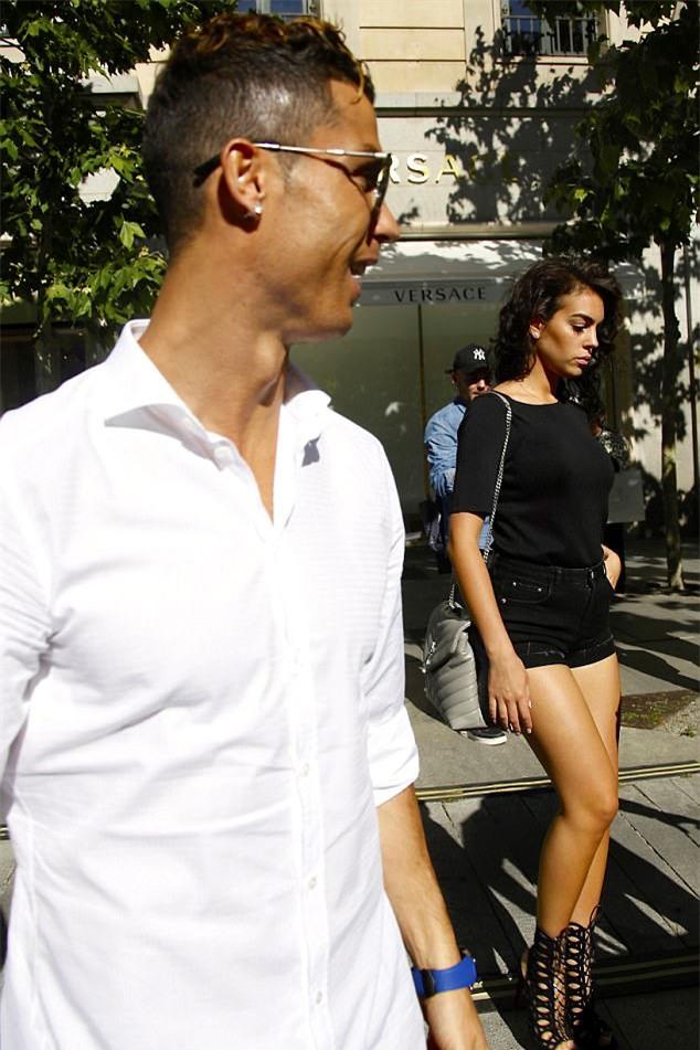 Ronaldo dua ban gai di sam do truoc chung ket hinh anh 5