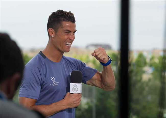 Ronaldo dua ban gai di sam do truoc chung ket hinh anh 8