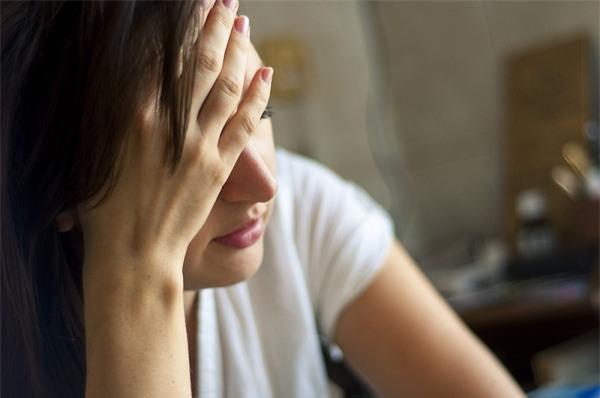 Đột ngột tới công ty chồng, tôi rớt nước mắt khi nhìn thấy cảnh tượng này - Ảnh 2.