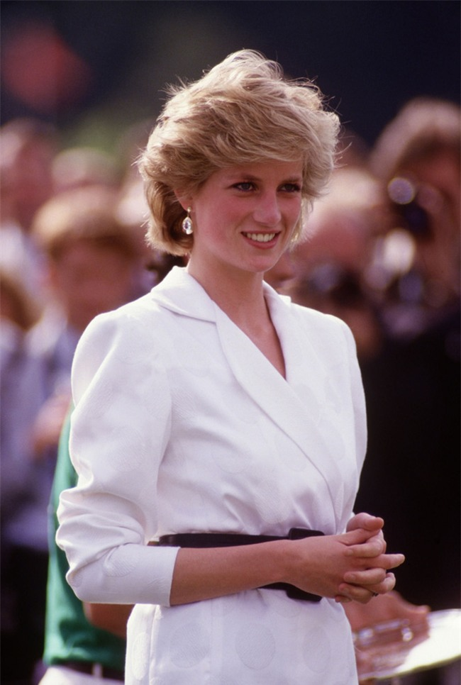 Công nương Diana luôn cầm theo chiếc xắc tay nhỏ xíu nhưng không mấy ai biết công dụng thật của nó - Ảnh 1.