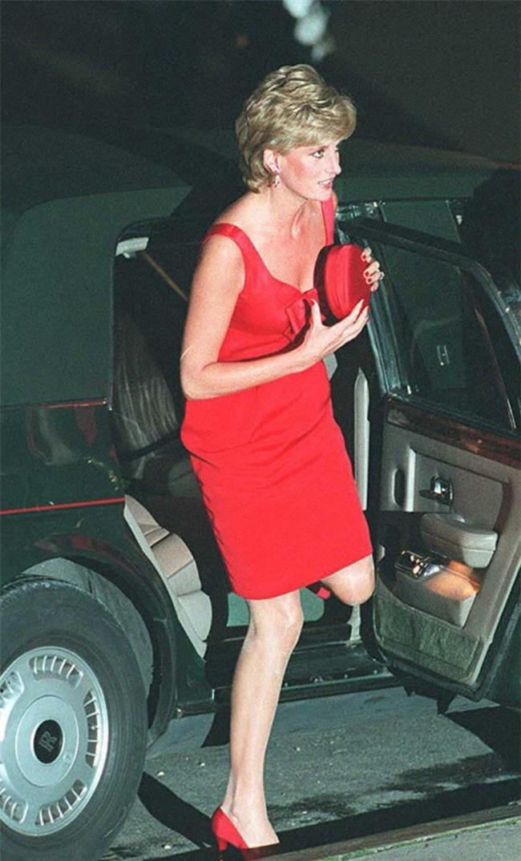 Công nương Diana luôn cầm theo chiếc xắc tay nhỏ xíu nhưng không mấy ai biết công dụng thật của nó - Ảnh 4.