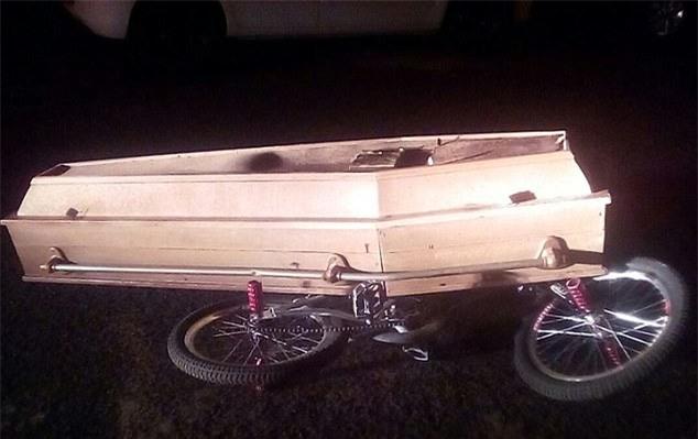 Vì quá thương nhớ, chàng trai trẻ đào mộ anh trai lên rồi lấy xe đạp chở quan tài đi dạo phố - Ảnh 2.