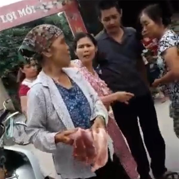 Hà Nội: Gặp người phụ nữ bị tiểu thương chợ Tân Lập đòi ném thịt lợn xuống ao - Ảnh 1.