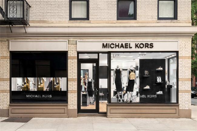 Michael Kors đồng loạt đóng cửa 100 cửa hàng vì lí do không ai ngờ tới  - Ảnh 1.