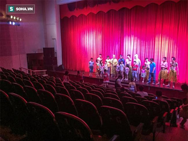 Hình ảnh thảm hại tại buổi diễn của sân khấu Minh Béo ngày 1/6: Khi khán giả bức xúc, quay lưng - Ảnh 2.
