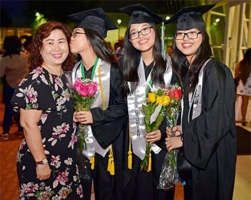Dì và ba chị em trong buổi lễ tốt nghiệp.