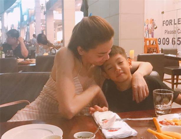 Hà Hồ đăng bức ảnh hạnh phúc khi cùng ăn tối với con trai Subeo trong ngày Quốc tế thiếu nhi, cô viết: Kịp cùng nhau đi ăn tối nhân ngày 1-6